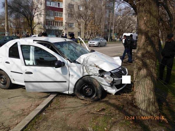 «Рено Логан» въехало в дерево в Невинномысске