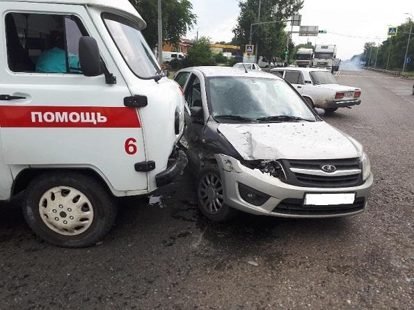 В Невинномысске «Гранта» столкнулась с автомобилем скорой помощи
