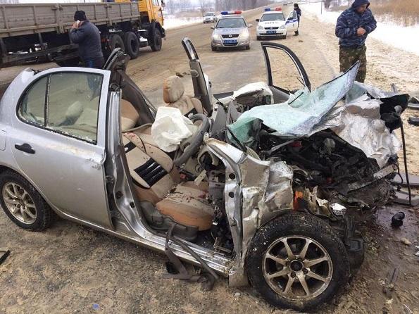 В Ставрополе столкнулись легковой автомобиль и «КАМАЗ», пострадала женщина