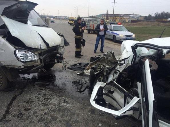 На дороге «Ростов-на-Дону-Ставрополь» произошло лобовое столкновение грузовой «Газели» и «Лады Гранта»