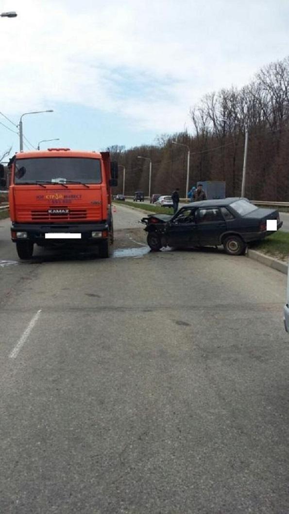 В Ставрополе на «объездной» столкнулись «КАМАЗ» и «ВАЗ-21099»