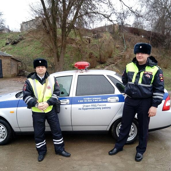 На Ставрополье сотрудники ГАИ оказали помощь беременной девушке