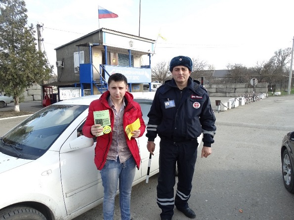 В Курском районе сотрудники ДПС вручали водителям светоотражающие элементы