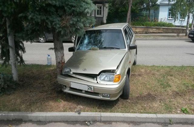 Разбил машину врезавшись в дерево в Михайловске
