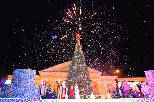 Новогодняя елка на площади в Ставрополе