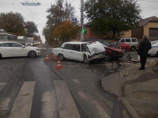 «СНЕVRОLЕТ» и «ВАЗ-2106» столкнулись в Ставрополе 27 октября