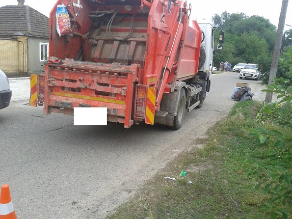 В Петровском районе под колесами мусоровоза погиб маленький мальчик