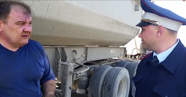 Ставропольские автоинспекторы оказали помощь дальнобойщику