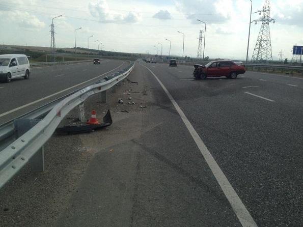 В Предгорном районе вблизи Пятигорска водитель легкового автомобиля въехал в отбойник