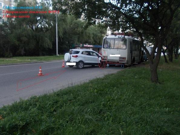 В Ставрополе внедорожник въехал в припаркованный автобус