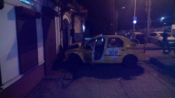 В Ставрополе водитель легковушки въехал в стену жилого дома