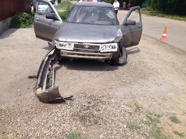 В Кочубеевском районе водитель совершил наезд на припаркованный у двора «Газель»