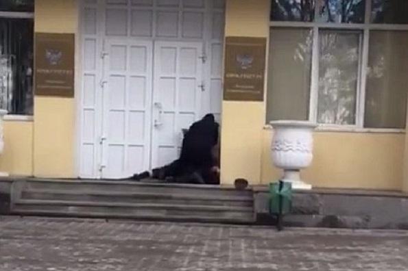 Потасовка на пороге прокуратуры Пятигорска попала на видео
