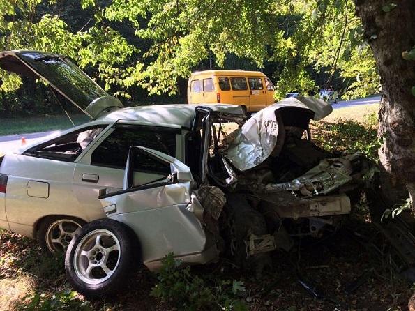 Водитель «ВАЗа» врезался в дерево в Железноводске