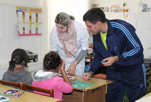 Взрослый пациент Ставропольской психиатрической больницы №1 провел мастер-класс по лепке игрушек из пластилина для пациентов-детей
