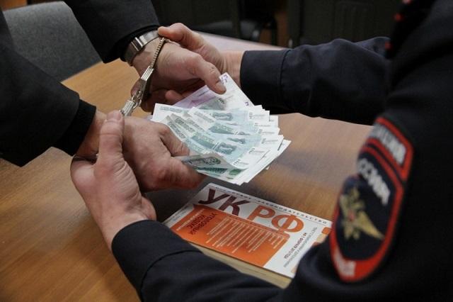 Продавец получила многократный штраф за дачу взятки полицейским