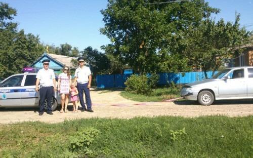 Сотрудники ГАИ Ставрополья спасли от жары мать с маленьким ребенком