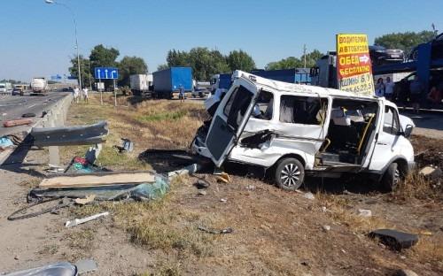 В Кочубеевском районе в ДТП с маршруткой и грузовым автомобилем 2 человека погибли и 6 ранены
