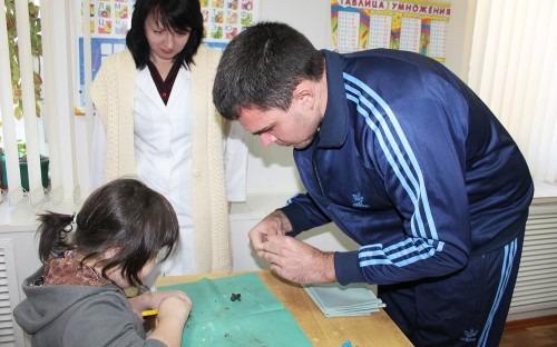 Семен Павлов. Взрослый пациент Ставропольской психиатрической больницы №1 провел мастер-класс по лепке игрушек из пластилина для пациентов-детей