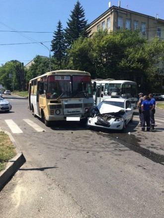 В Ставрополе в ДТП с пассажирским автобусом пострадала беременная девушка и пожилая женщина