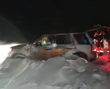«Ленд Ровер». Хозяин автомобиля решил проехать из Ипатово в Большую Джалгу «по прямой»: не по официальной трассе, а через степи. И, конечно, застрял в снежном покрове.
