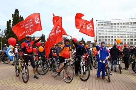 Марафонцы и велосипедисты со знаменем Победы в Ставрополе